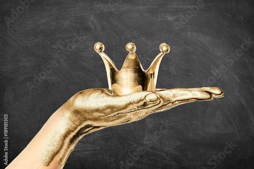 Valokuva  Vergoldete Hand hält Goldkrone