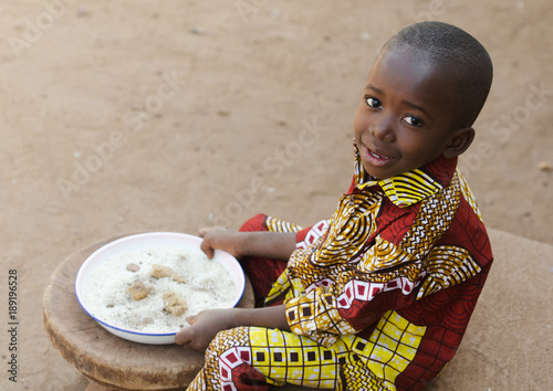 Eating in Africa - Little Black Boy Hunger Symbol Fototapete