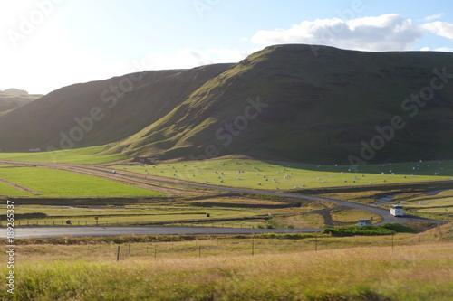 夏のアイスランド、丘の上から牧草地を見下ろす Poster