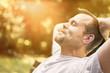 Leinwanddruck Bild - Mann entspannt in der Sonne - genießt Freizeit - macht Power Napping