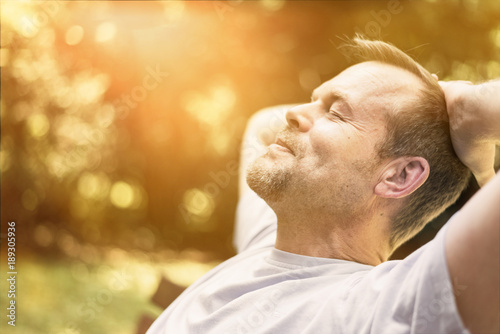 Cuadros en Lienzo Mann entspannt in der Sonne - genießt Freizeit - macht Power Napping