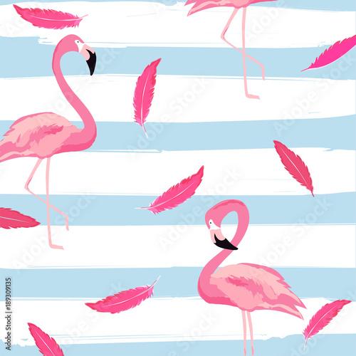 flamingo-i-rozowe-piora-w-paski-bezszwowe-tlo-wzor-tropikalny-projekt-plakatu-tlo-lato-i-swieta-tapeta-karta-zaproszenie-projekt