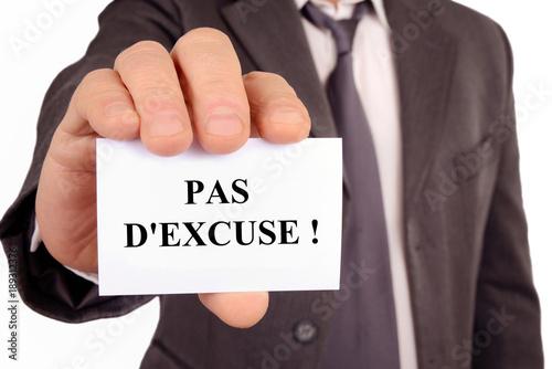 Photo Homme tenant une carte sur laquelle est écrit pas d'excuse