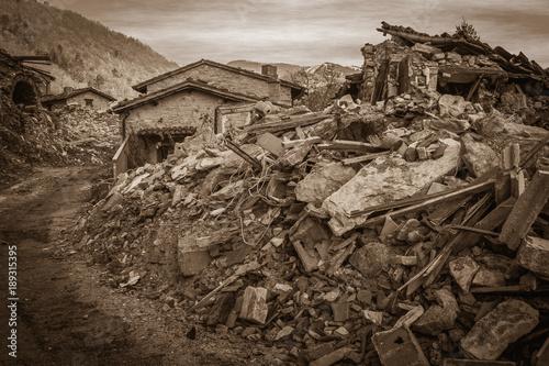 Canvas Print Macerie di un piccolo borgo di montagna distrutto dal terribile terremoto di Nor