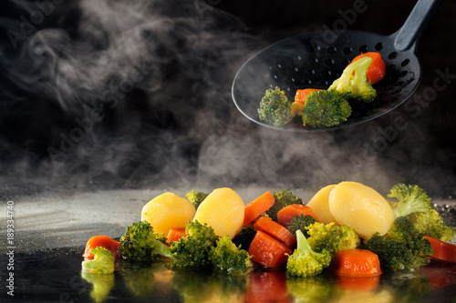 Photo Steamed vegetables on tray.