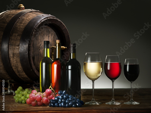 Fotografía  Still-life with wine, cheeses and fruits.