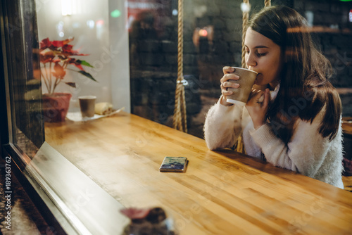 Spoed Foto op Canvas Chocolade woman drink warm up tea in cafe