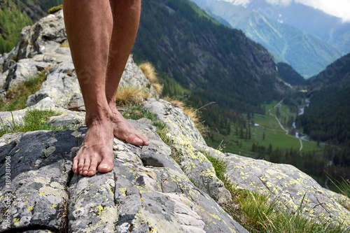 Photo barefooted on big stone mountains