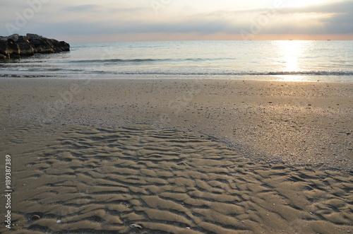 Einsamer Sandstrand am Morgen an der adriatischen Küste