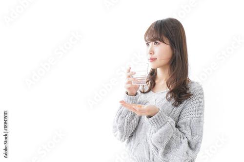 Cuadros en Lienzo 錠剤・サプリメントを飲む女性
