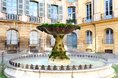 Photo sur Toile Fontaine Famous old fountain in aix en provence France