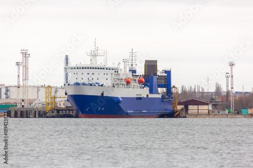 Plakat RORO statek w porcie na promie. terminal promowy przy załadunku, rozładunku.