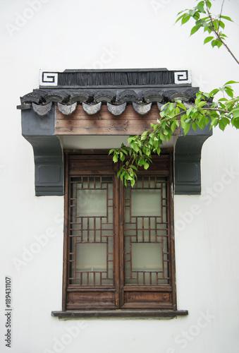 Photo sur Toile Con. Antique Wooden windows of ancient buildings