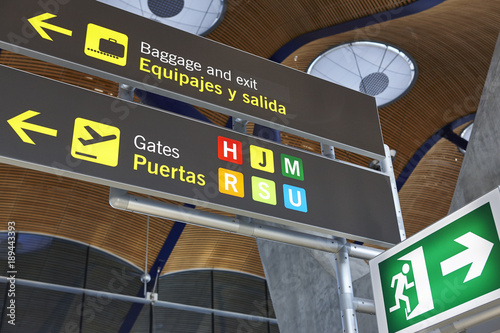 Keuken foto achterwand Luchthaven Airport flight arrival gates info display on spanish language