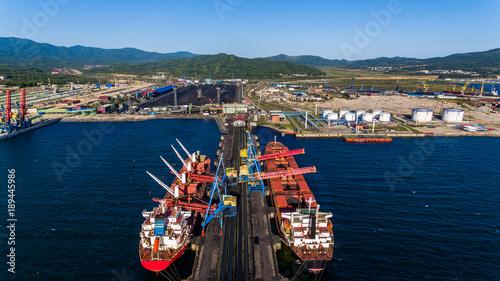 Plakat NAKHODKA, ROSJA - OKOŁO SIERPIEŃ, 2017: Węglowi terminale w porcie Nakhodka. Jest to największy port w Rosji, główne towary eksportowe w porcie w Nachodce to węgiel, ropa, drewno i metale