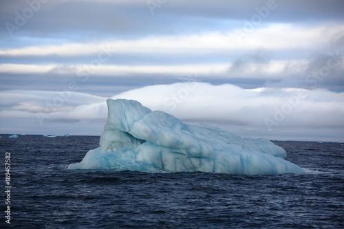 Foto op Aluminium Arctica Melting icebergs in Arctic ocean