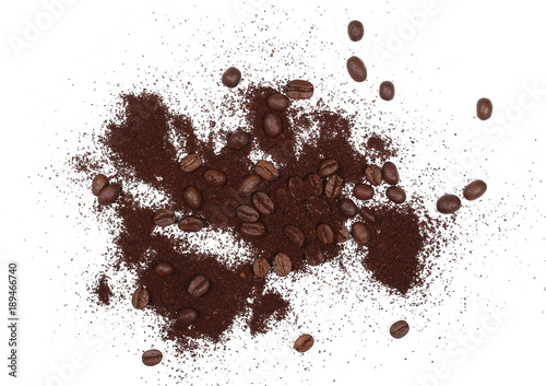 Café en grains Pile of powdered, instant coffee grains and beans isolated on white background, top view