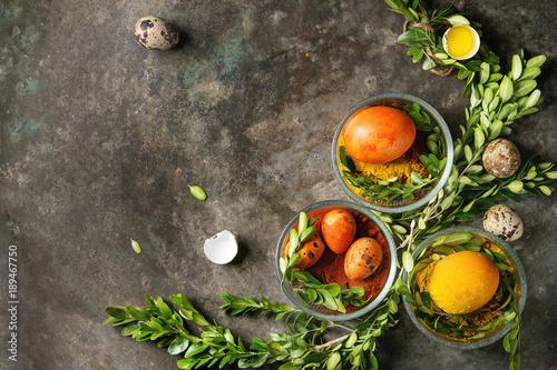 wielkanocny-kartka-z-pozdrowieniami-z-barwionymi-zoltymi-pomaranczowymi