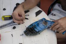 Hombre Arreglando Taladro Electrico