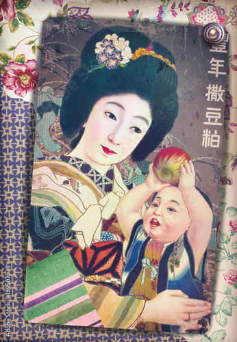 Stampa antica vintage di madre giapponese in kimono con bambino su sfondo floreale e patchworks