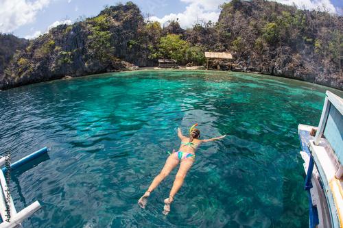La pose en embrasure Lieu connus d Asie Woman with mask snorkeling in clear water