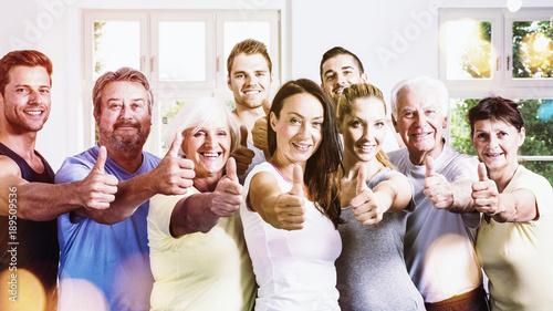 Fotografia, Obraz  Gruppe beim Fitness mit Daumen hoch