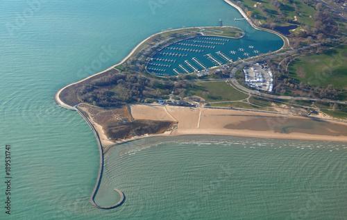 Tuinposter Dubai Luftaufnahme von Montrose Beach und Jachthafen in Chicago