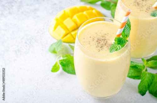 Cadres-photo bureau Lait, Milk-shake Mango lassi in glasses