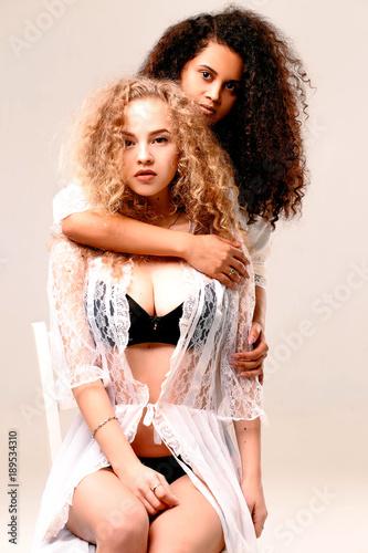 Zdjęcie XXL Afro i blondynka w haftowanych jedwabnych szatach