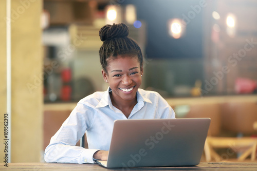 Photo  Cheerful black female at laptop