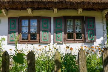 Fototapeta Okna starej chaty w skansenie w Maurzycach koło Łowicza