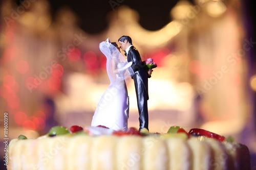 Figurines sur un gâteau de mariage, pièce montée en gros plan Billede på lærred