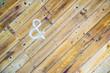 """木の板の壁と""""&""""の文字"""