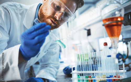 Fotografia  Male student of chemistry working in laboratory