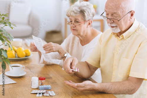 Fotografia  Senior man taking medicament