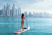 Surferin Im Bikini Vor Der Kulisse Von Dubai