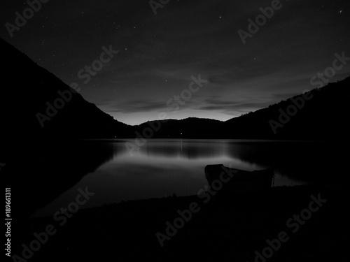 Photo  Barca en el lago monocromo