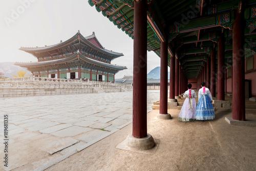 Fotografía  Asian Korean woman dressed Hanbok in traditional dress walking in Gyeongbokgung Palace in Seoul, South Korea