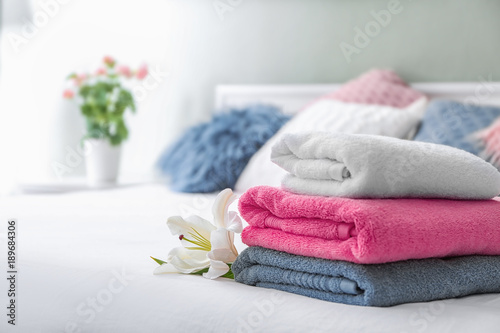Fotografia  Stack of clean towels on bed