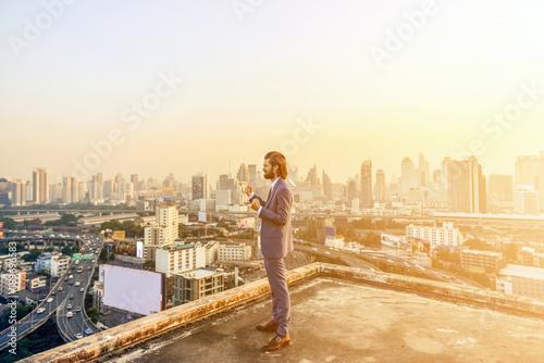 Photo  Western businessman looking at Bangkok City at sunset