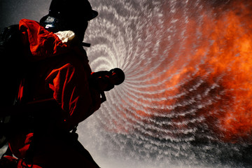 Regularnie ćwiczy ogień w centrum szkoleniowym, aby się przygotować.