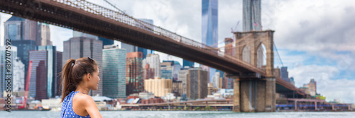 Foto op Aluminium New York New York city woman looking at Brooklyn bridge and NYC skyscrapers view. Urban lifestyle girl walking during summer travel in USA. Asian tourist panorama skyline banner.