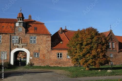 Fototapety, obrazy: Gut  Ludwigsburg mit Torhaus im Herbst, Herrenhäuser, Schleswig-Holstein, Deutschland