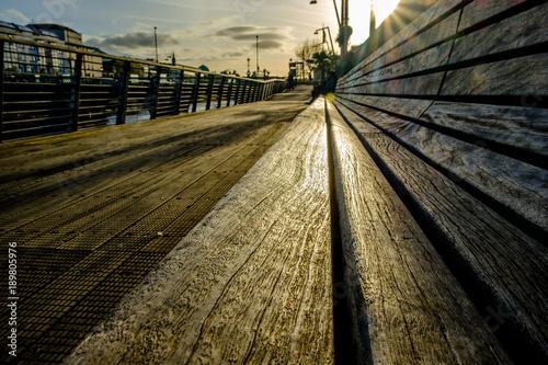 Zdjęcie XXL Niskiego kąta zamknięty up widok ławka z zmierzchem w tle