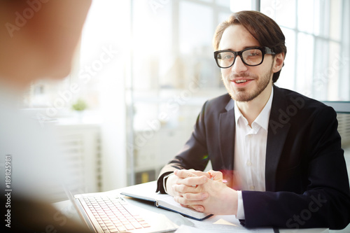 Photo Businessman in eyeglasses having discussion with his colleague during working da