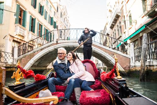 Türaufkleber Gondeln Couple sailing on venetian gondola