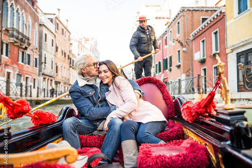 Foto op Plexiglas Gondolas Couple sailing on venetian gondola