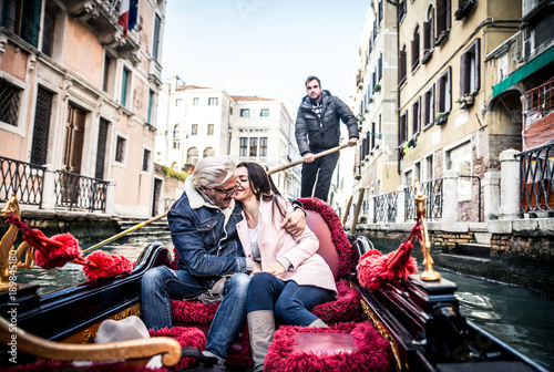 Poster Gondoles Couple sailing on venetian gondola