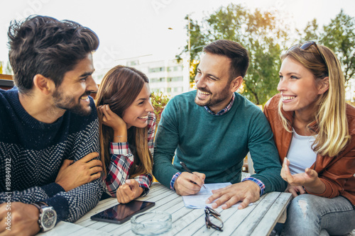 Photo  Group of four friends having fun a coffee together