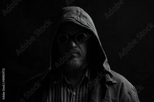 Fotografía  dark portrait of a man in a hood